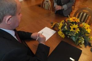 Wójt Gminy Rudka p. Andrzej Anusiewicz podpisuje dokument