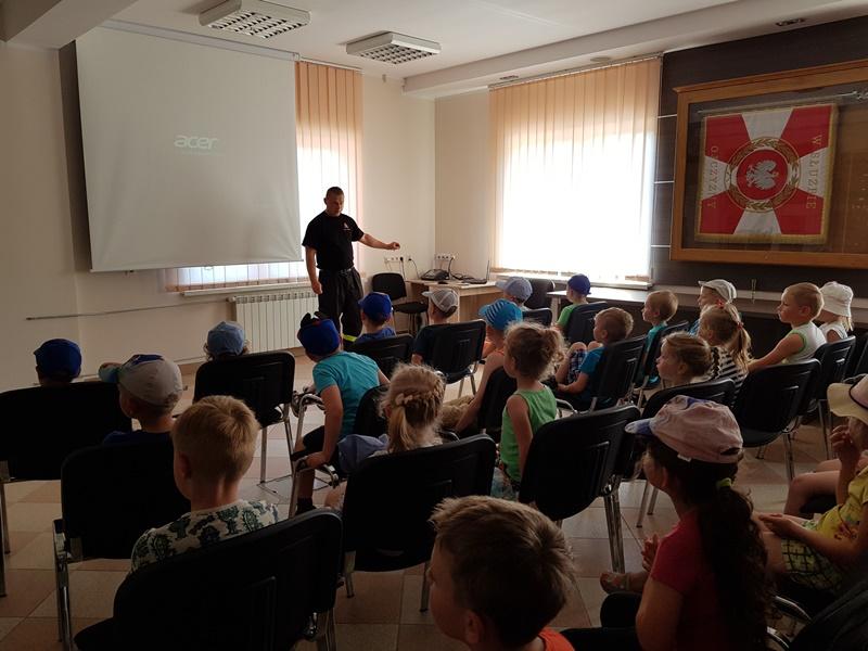 """Wizyta przedszkolaków w """"Ogniku"""" przy PSP w Bielsku Podlaskim"""